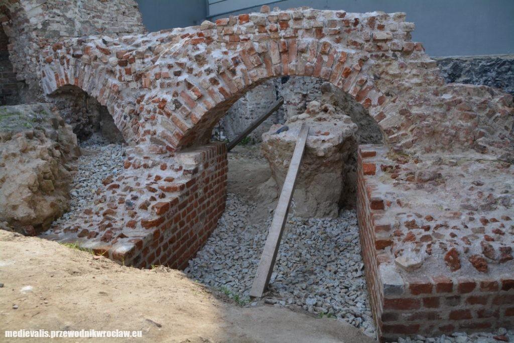 Pierścień fundamentowy budowli osiemnastobocznej po konserwacji