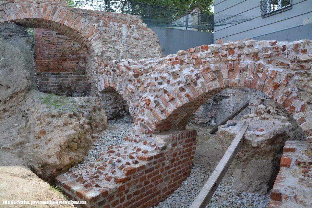 Pierścień fundamentowy budowli osiemnastobocznej z fragmentem zawalonego muru płaszczowego po konserwacji