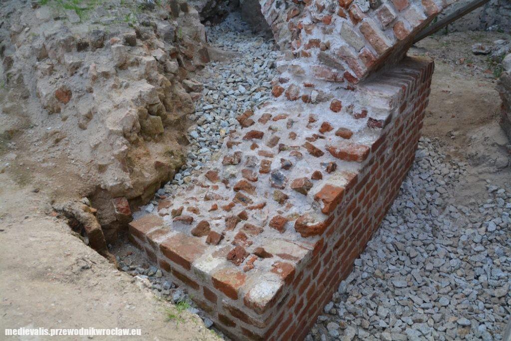 filar fundamentowy budowli osiemnastobocznej i fragment zawalonego muru płaszczowego