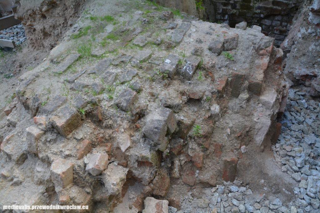 Fragment zawalonego muru płaszczowego