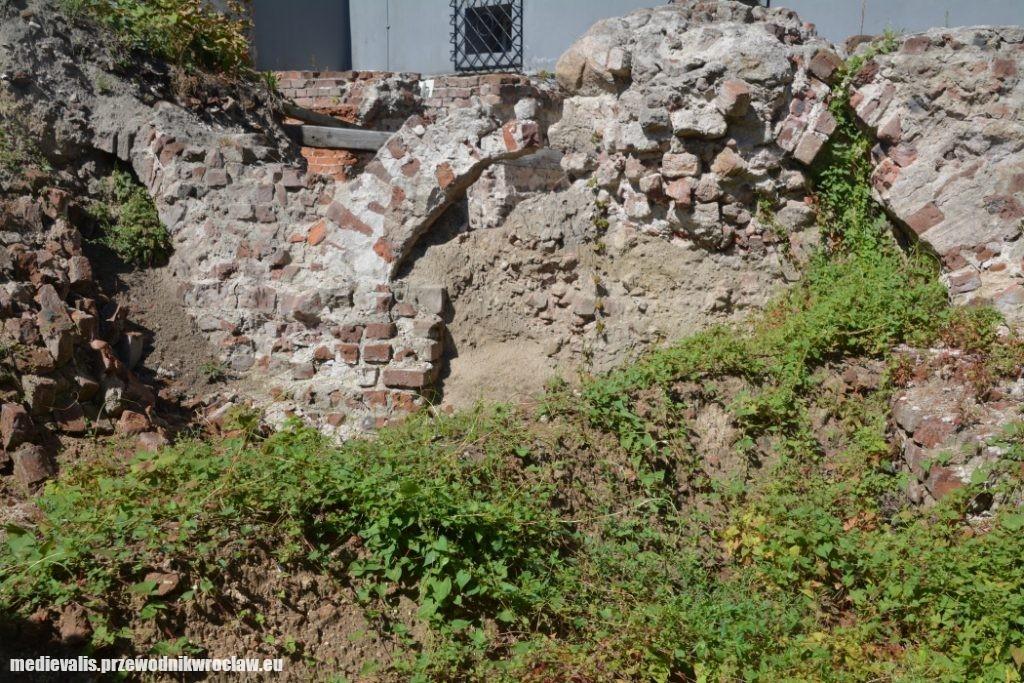 Pierścień fundamentowy budowli osiemnastobocznej przed konserwacją